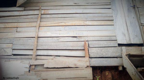 Logement fait de matériaux provisoires à Yaoundé